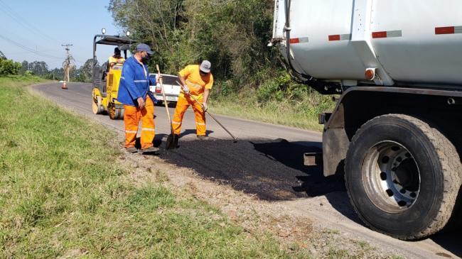 Consertos no asfalto de Morro Azul