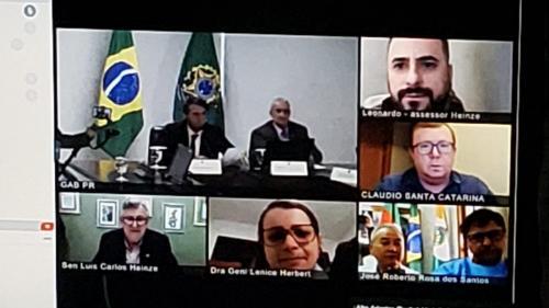 Presidente Bolsonaro conversacom equipe da Saúde de Harmonia
