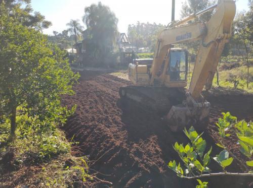 Terraplanagem é executada para a construção de estufa