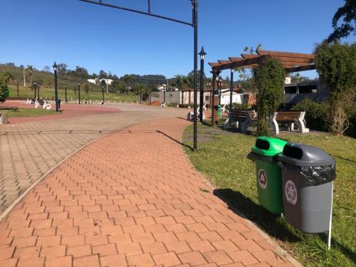 Município instala 32 novas lixeiras nas praças
