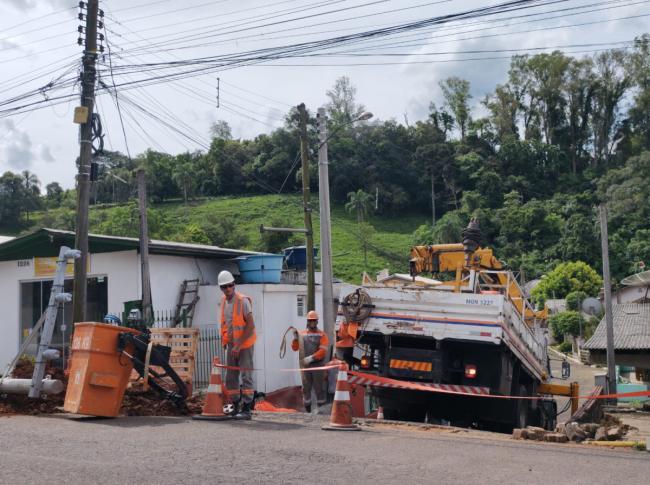 RGE substitui postes e realiza limpeza em redes de energia