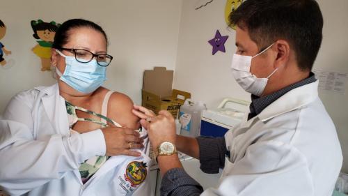 Harmonia vacina profissionais de saúde contra a covid