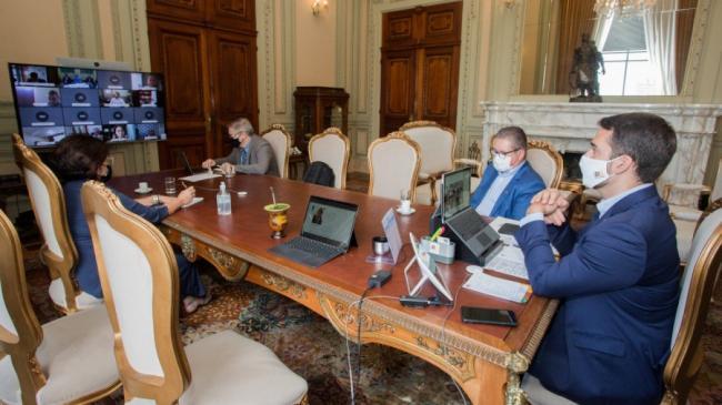 Eduardo Leite, junto com o vice e secretários, teve reunião esta tarde com representantes das prefeituras do Estado - Foto: Felipe Dalla Valle/Piratin