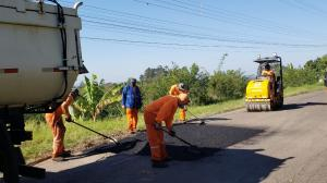 Iniciam os consertos nos asfaltos de Morro Azul e Nova Santa Cruz