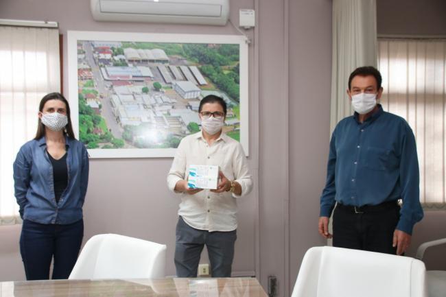 Zé (centro), recebeu os kits do presidente da cooperativa, Celso Neis, e da técnica em Segurança Lissandra Kleinschmitt